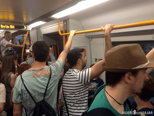 Mucha gente dentro del metro de Berlín
