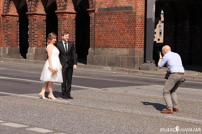 Pareja haciendo fotos de boda en el puente de Oberbaumbrücke - Berlín