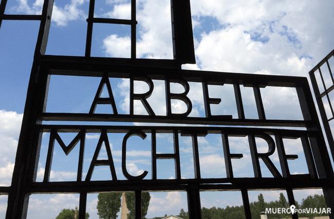 """""""El trabajo libera"""" entrada al Campo de Concentración"""