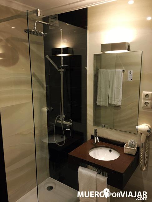 El baño muy moderno del hotel Da Bolsa