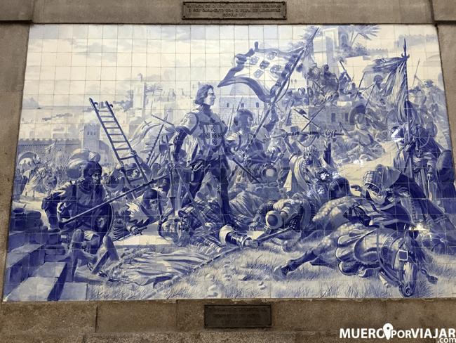La estación de San Bento está repleta de murales con azulejos que reproducen la historia de la ciudad