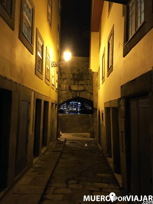 Paseando por la noche en el Barrio de Barredo