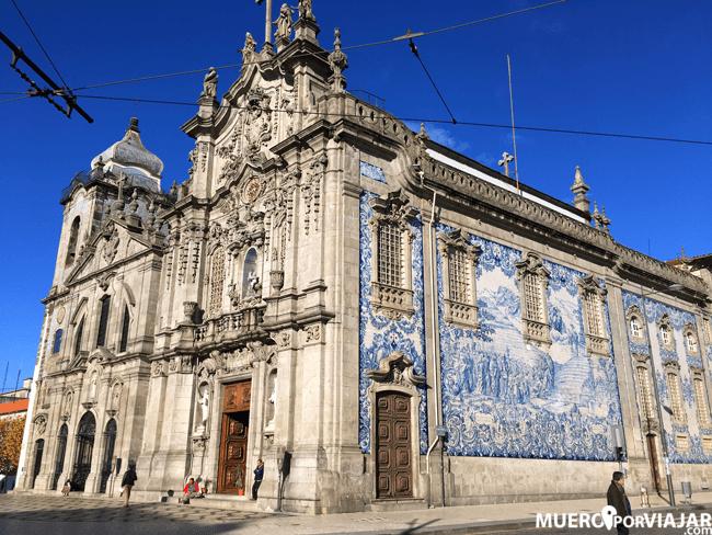 La fachada lateral de la Iglesia del Carmen en Oporto es de las más bonitas que hemos visto, con azulejos preciosos