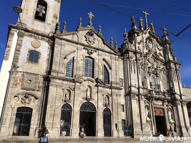 En la Iglesia del Carmen y Iglesia de las Carmelitas en Oporto se encuentra la casa mas pequeña de Portugal: es una puerta pequeña que hay entre las dos entradas