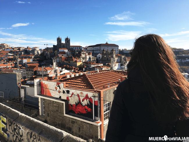 Vistas preciosas de la Catedral de Oporto desde el mirador