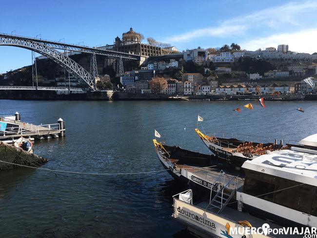 Desde la Ribiera de Oporto se pueden contratar paseos en barco por el río Duero