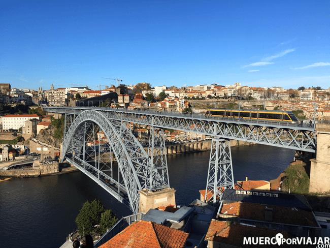 El puente Luis I de Oporto desde la Ribiera de Vila Nova de Gaia