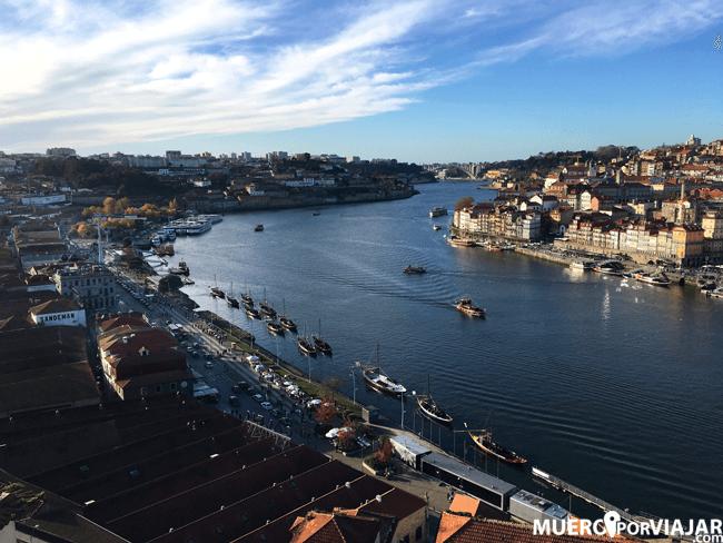 Vila Nova de Gaia se caracteriza por tener muchas bodegas de vino en su orilla del río Duero