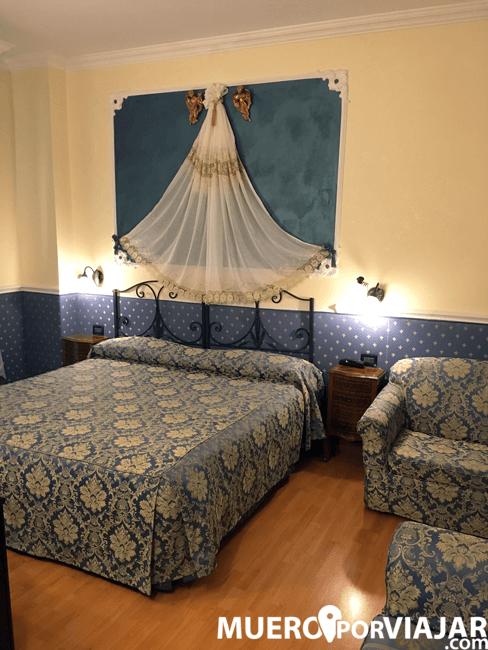 La habitación del Hotel era bastante grande y la decoración muy rococó