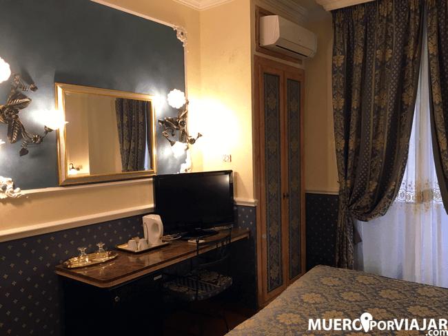 La habitación con su decoración muy recargada