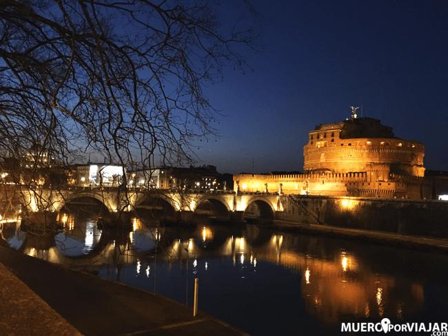La iluminación del El Ponte de Sant'Angelo de noche