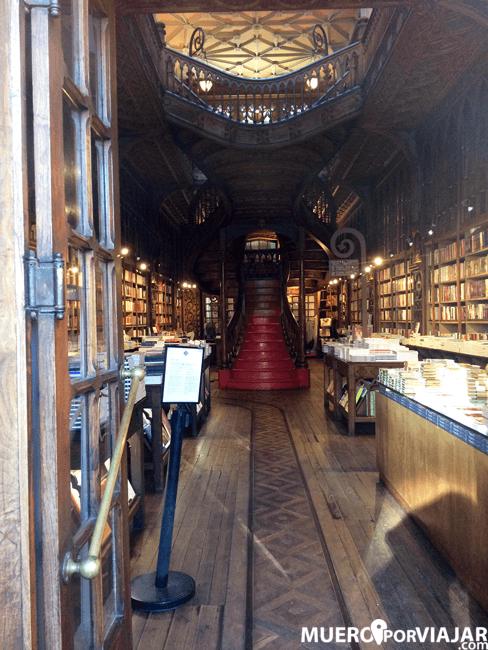 Interior de la librería Lello e Irmao en Oporto