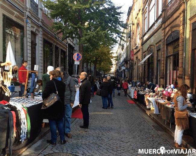 Paseando por el mercadillo cerca de la libreria Libreria Lello en Oporto