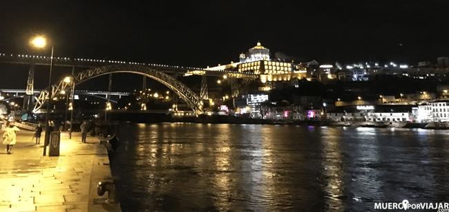 Preciosas vistas nocturnas del Puente Luis I desde el Barrio de la Ribeira