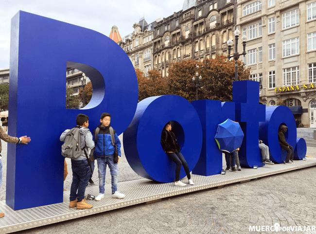 Un punto fotográfico importante: Las letras de la ciudad. Siempre hay gente haciéndose fotos