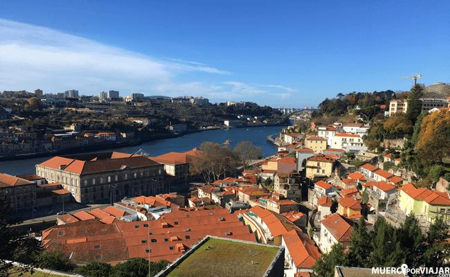 Vista del río Duero desde el Barrio Miragaia en Oporto