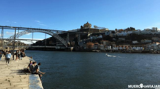 El paseo de la Ribiera en Oporto es muy bonito y hay mucha gente paseando y admirando las vistas