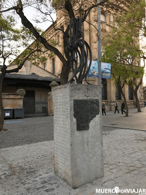 Monumento dedicado a los marineros fallecidos en el accidente en el puerto de Barcelona