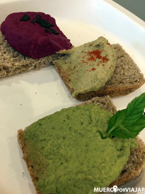 Surtido de humus de variedades autóctonas de legumbre sobre pan de hogaza