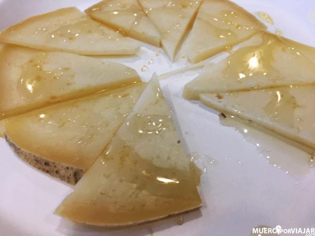Marinado de queso crudo de oveja roja mallorquina con agave y vino de nueces