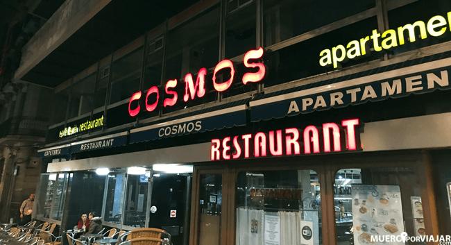 Entrada al bar Cosmos en las Ramblas de Barcelona