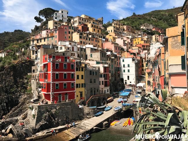 Riomaggiore es uan de las cinco poblaciones que forman el Cinque Terre y quizás una de las más famosas por su puerto