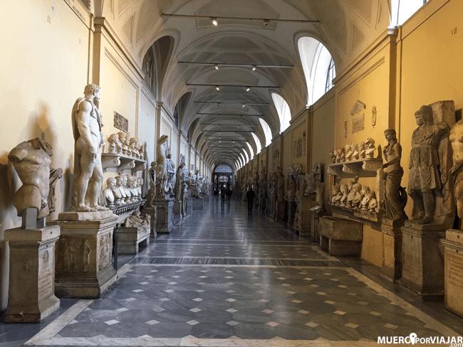 En los museos vaticanos puedes encontrar multitud de estatus, bustos o cuadros de su amplia colección