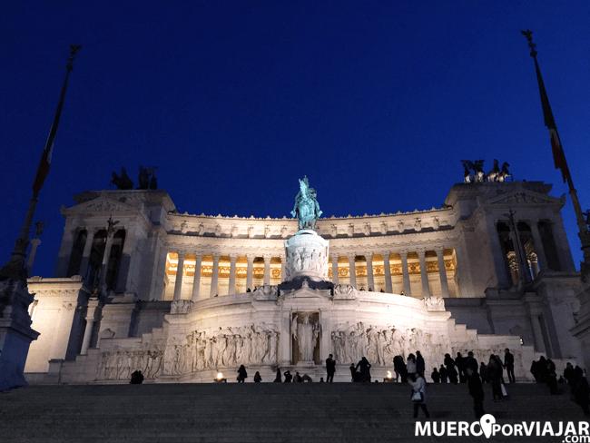La Piazza Venezia de noche con la figura equestre de Vittorio Emanuelle