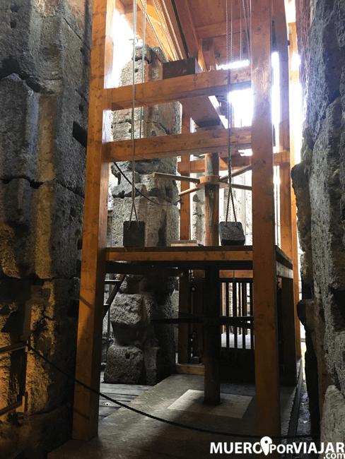 Reconstrucción de las estructuras de ascensores en la arena del coliseo de Roma