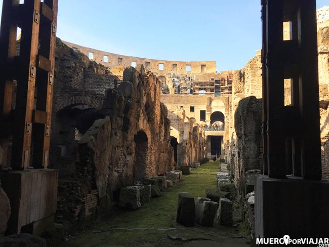 Paseando por la zona subterránea del Coliseo, en la zona de la arena
