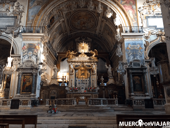 El interior de Santa Maria en Aracoeli en Roma
