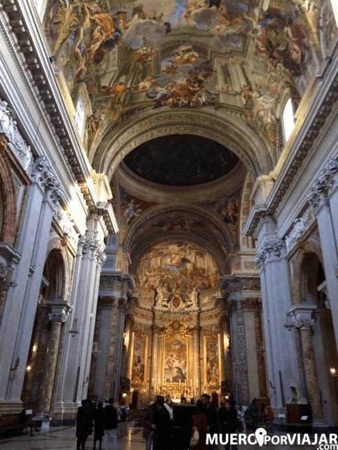 La bóveda de la iglesia de San Ignacio de Loyola está decorada con la pintura de La Gloria de San Ignacio