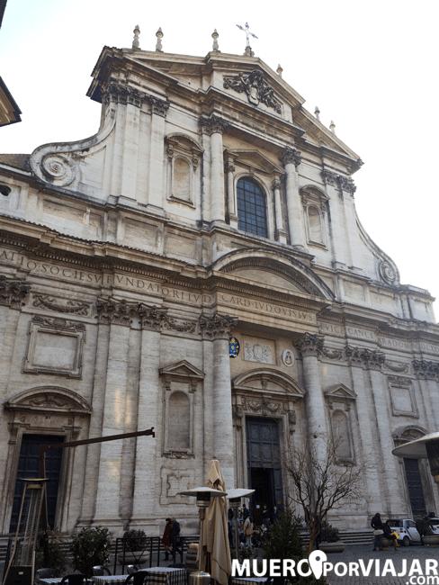 Fachada de la iglesia de San Ignacio de Loyola en Roma