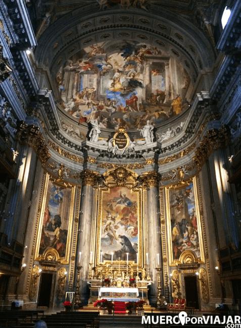 El interior de la iglesia de San Ignacio de Loyola en Roma