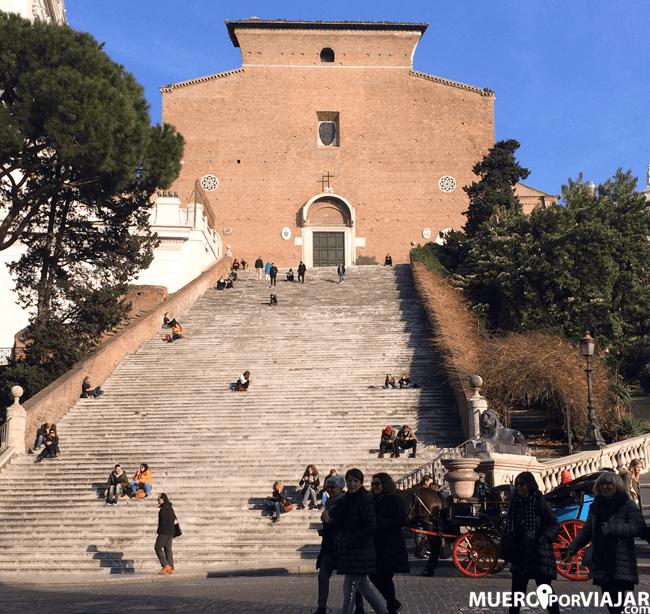 Escalinata que lleva a la iglesia de Santa Maria en Aracoeli en Roma