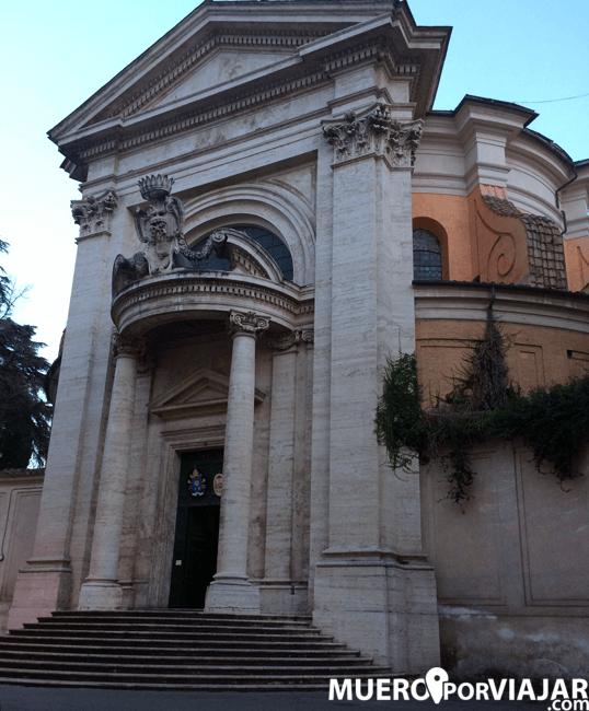 Fachada de la iglesia de San Andrés del Quirinal en Roma