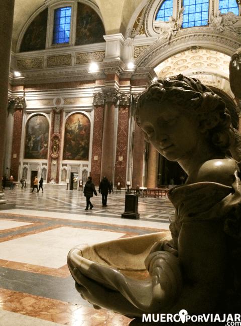 El interior de la basílica de Santa Maria degli Angeli e dei Martiri en Roma es muy bonito