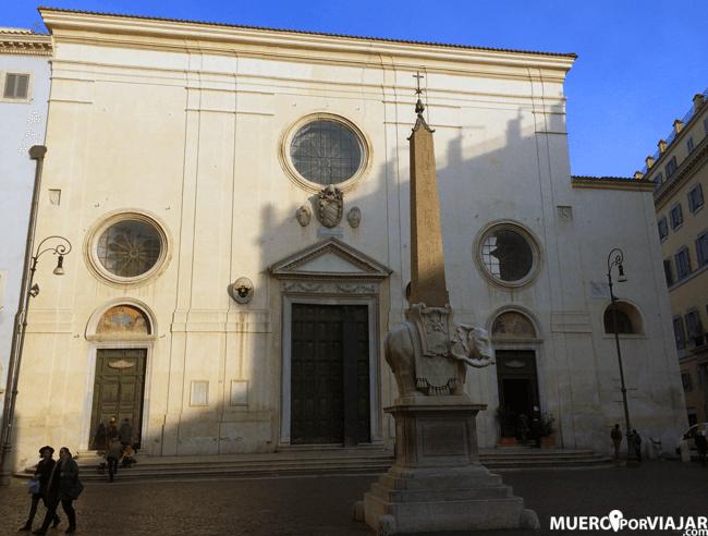 Fachada de la iglesia de Santa Maria sopra Minerva en Roma