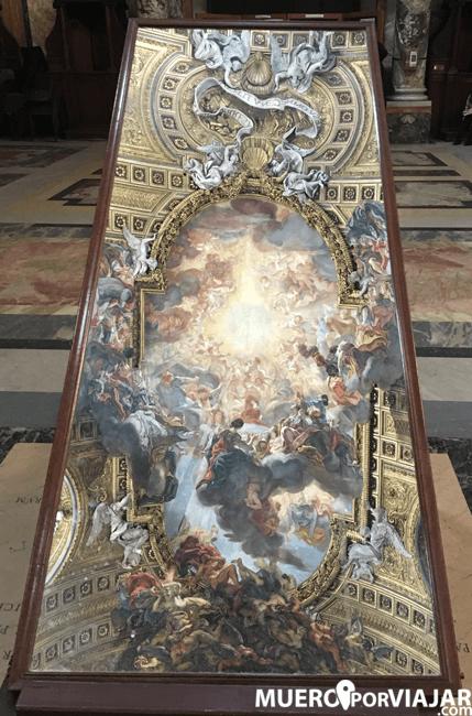 Un práctico espejo para poder admirar la bóveda de la iglesia de San Ignacio de Loyola