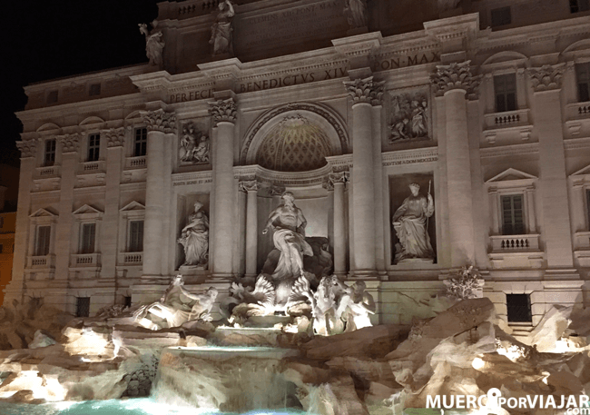 La majestuosa Fontana de Trevi de Roma iluminada de noche