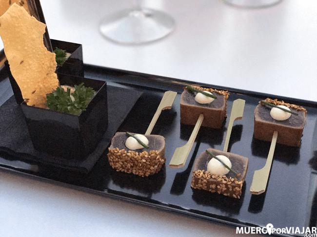 Aperitivo de piruletas de tataki de atún con sésamo y mayonesa de wasabi acompañado de humus de garbanzos con crujiente de pan hindú