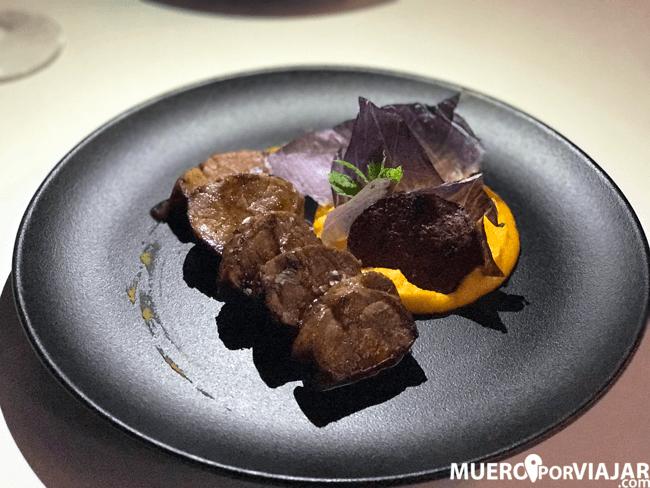 Deliciosos medallones de solomillo ibérico con cremoso de zanahoria y chips de patata violeta
