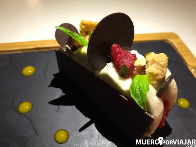 El espectacular poste de cremoso de vainilla con sablé de avellanas, frutos rojos y albahaca