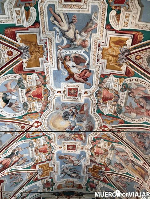 El bonito decorado del techo de la Scala Santa