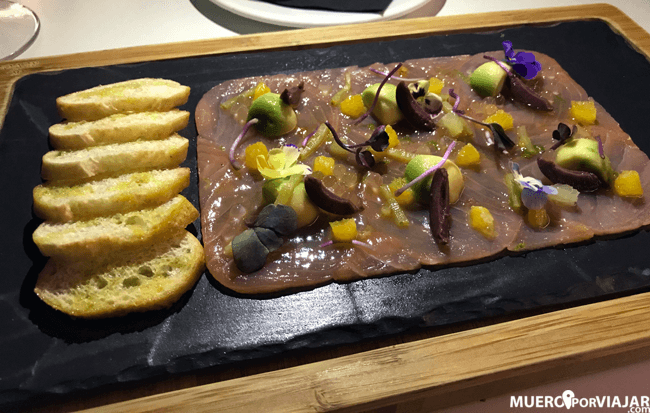 Impresionante carpaccio de salmón ahumado con aguacate y vinagreta de cítricos