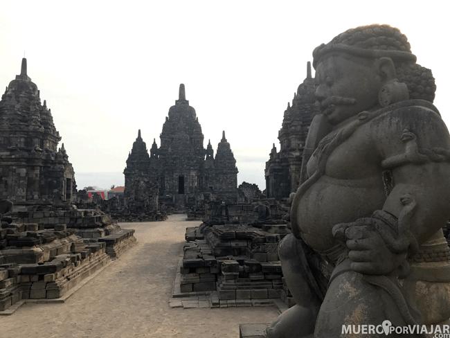 Roncones muy bonitos en Prambanan con figuras de dioses y guardianes