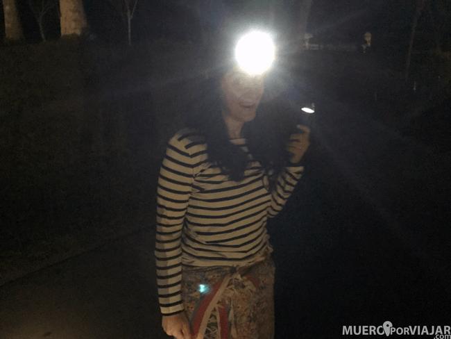 Cuando vas hacia la estructura de templos de Borobudur es de noche por lo que te dejan unas linternas, nosotros llevábamos también unos frontales
