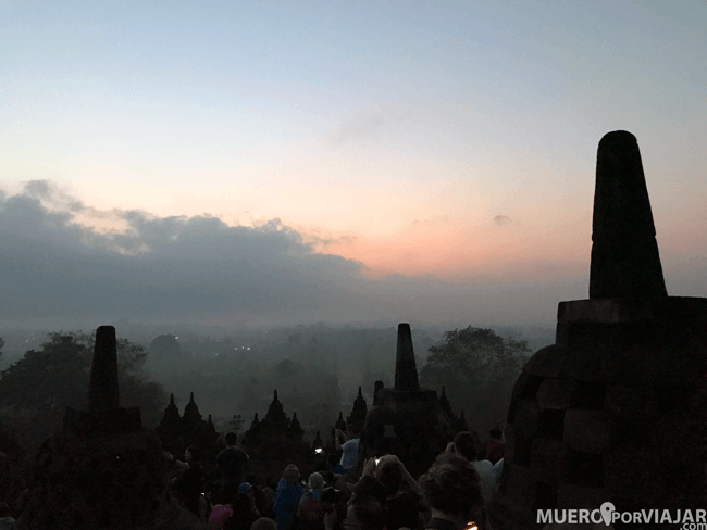 La niebla del amanecer de Borobudur