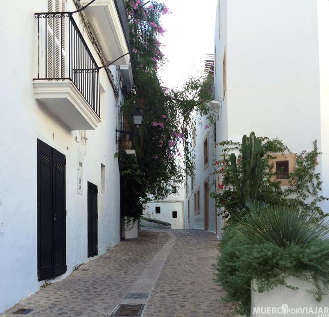 Paseando por las bonitas calles de Dalt Vila en Ibiza