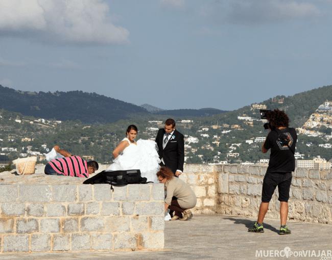 La zona de la fortaleza de Dalt Vila es muy típica para fotografías de celebraciones